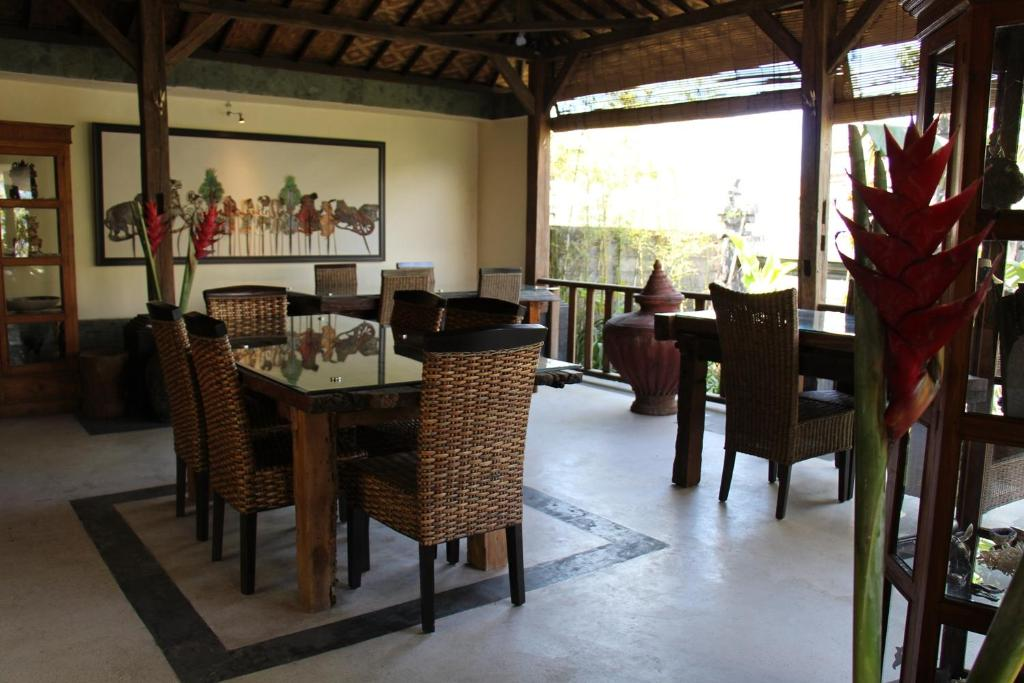 A restaurant or other place to eat at Bali Sunrise Villas & Restaurant