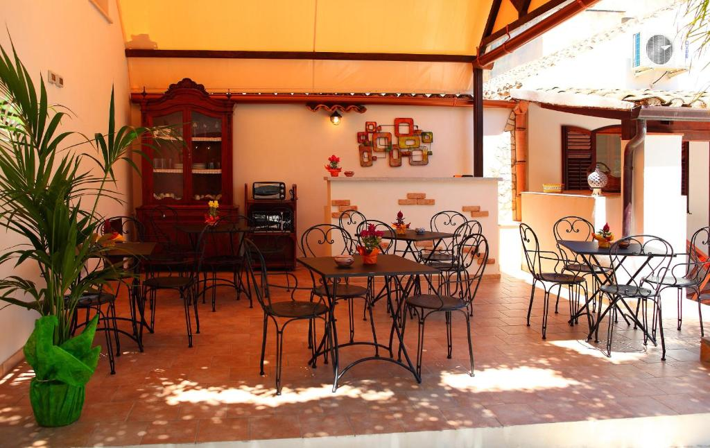 A restaurant or other place to eat at B&B Sabir