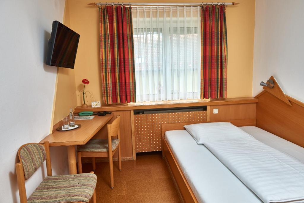Ein Bett oder Betten in einem Zimmer der Unterkunft Hotel Gasthof Stocker