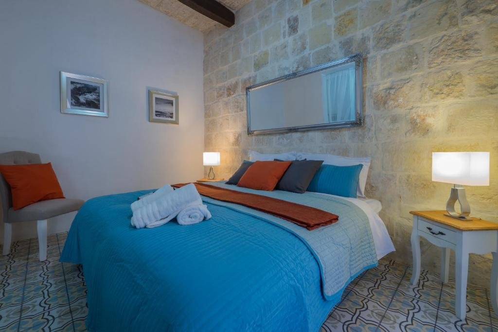 A bed or beds in a room at Valletta Kursara Port View