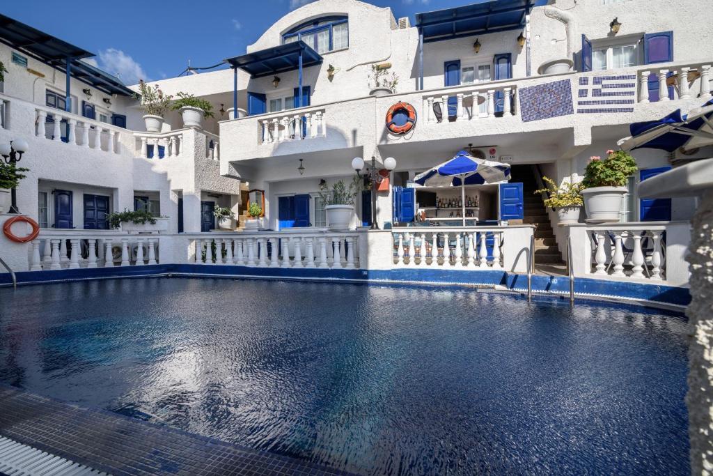 Piscina de la sau aproape de Hotel Porto Perissa
