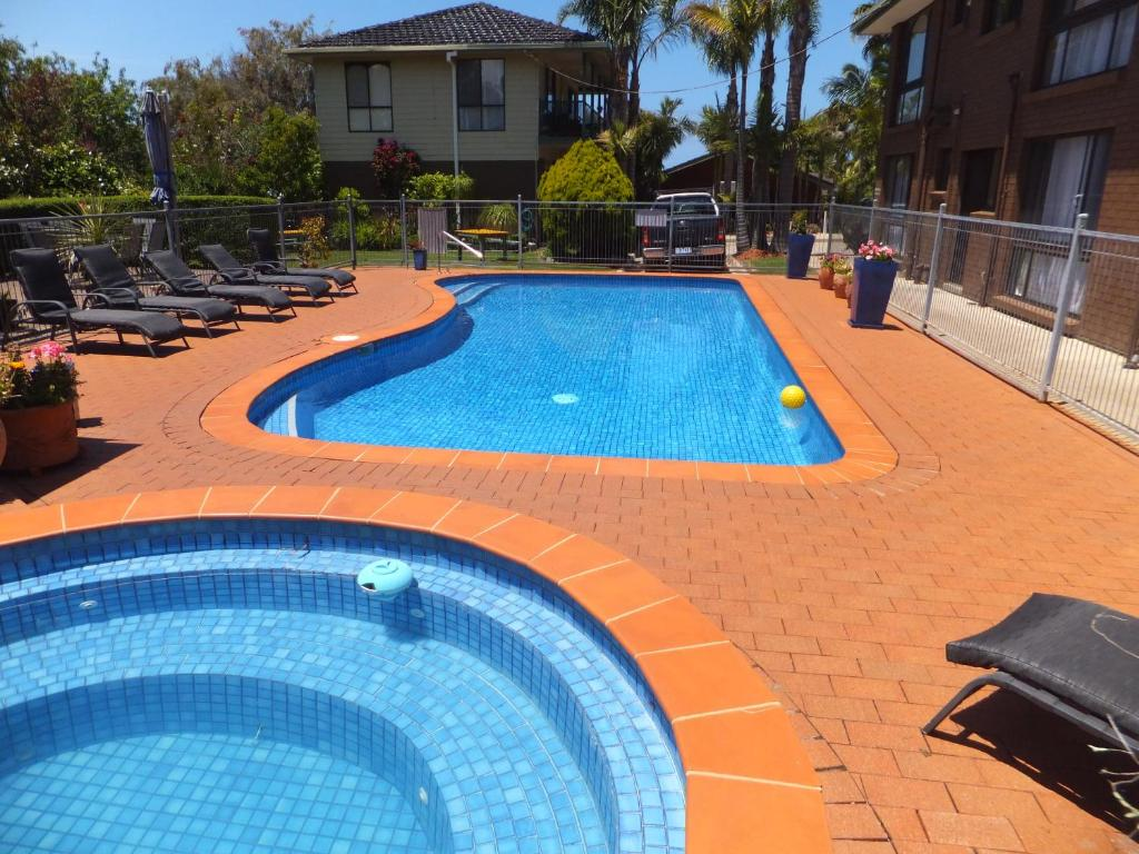 The swimming pool at or near Paradise Holiday Apartments