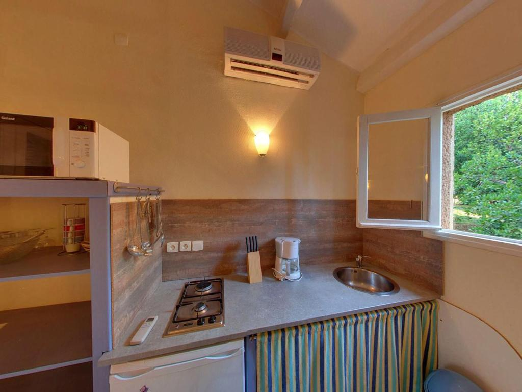 A kitchen or kitchenette at Le Maquis Plage