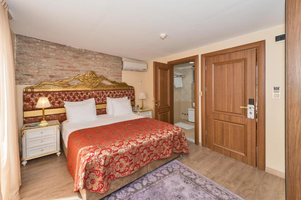 A bed or beds in a room at By Murat Royal Hotel Galata