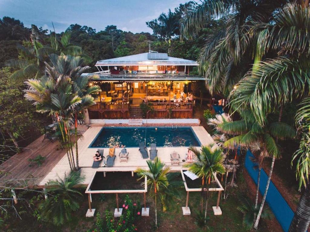 Ein Blick auf den Pool von der Unterkunft Bambuda Lodge oder aus der Nähe