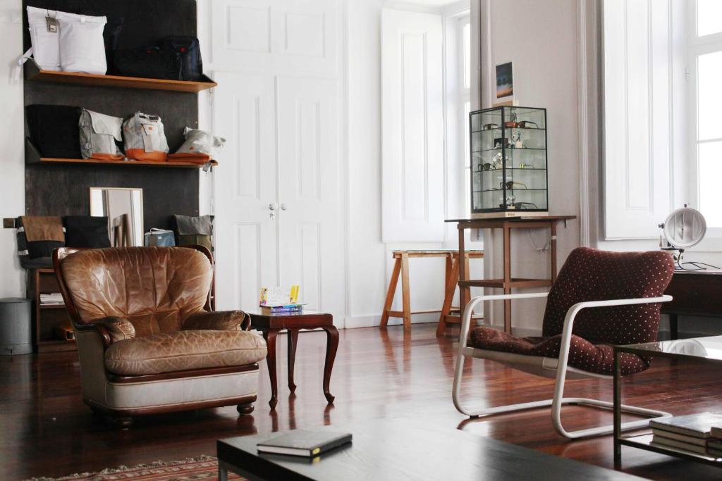 Uma área de estar em Lost Lisbon :: Cais House