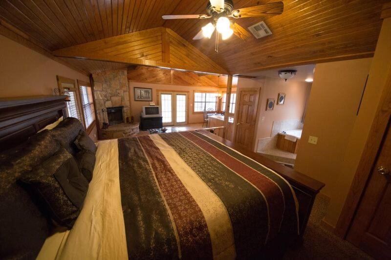 A bed or beds in a room at Long Lake Resort