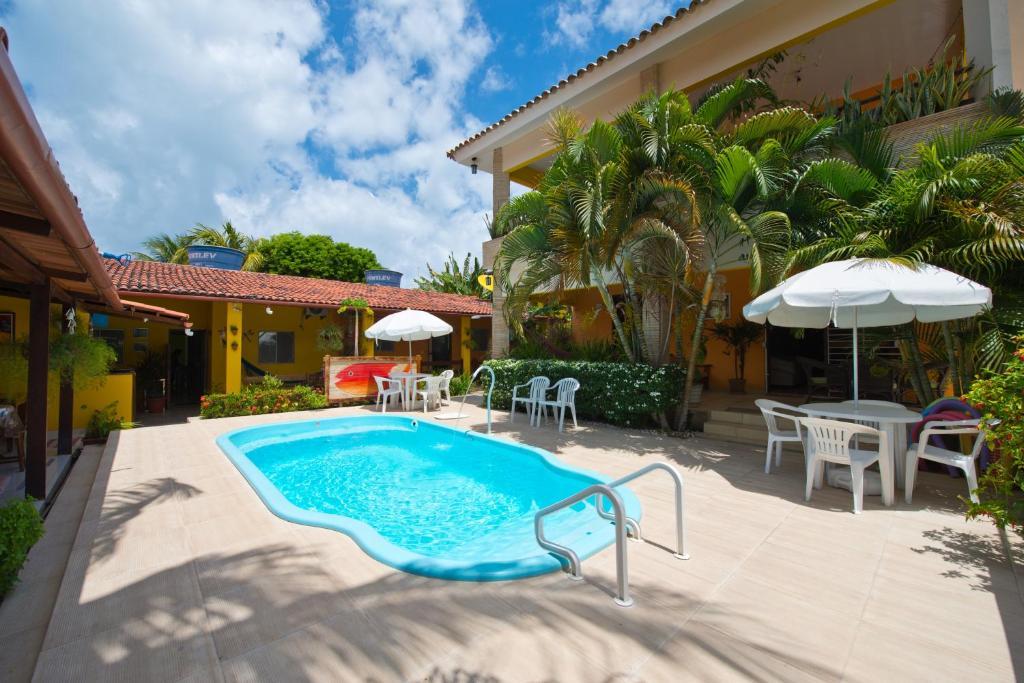 The swimming pool at or near Pousada Som dos Pássaros