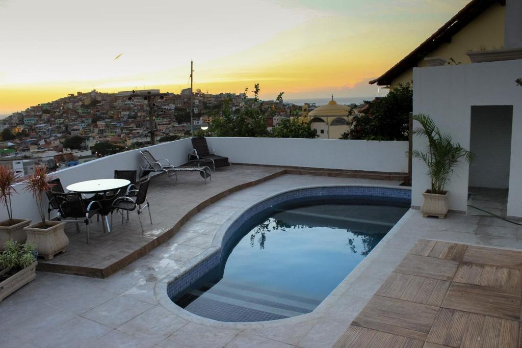 A piscina localizada em Pousada Xerxes ou nos arredores