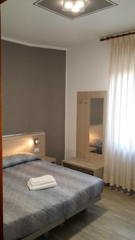 Ein Bett oder Betten in einem Zimmer der Unterkunft Flying Hotel