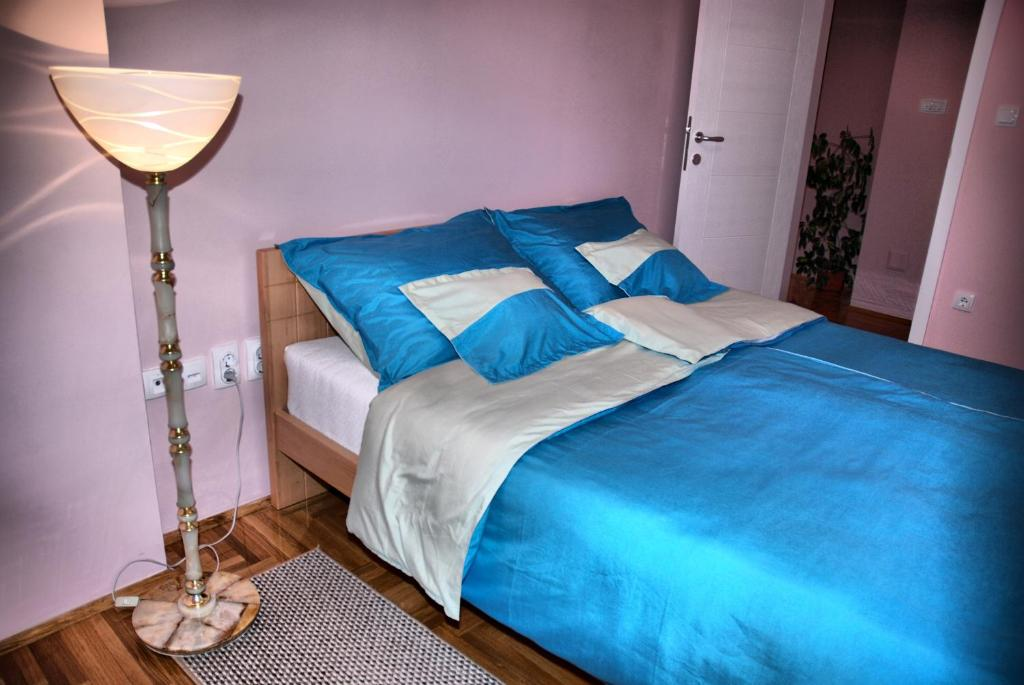 A bed or beds in a room at Apartman Milkovic 2
