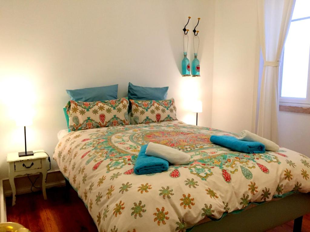 A bed or beds in a room at Lisbonera Guest House