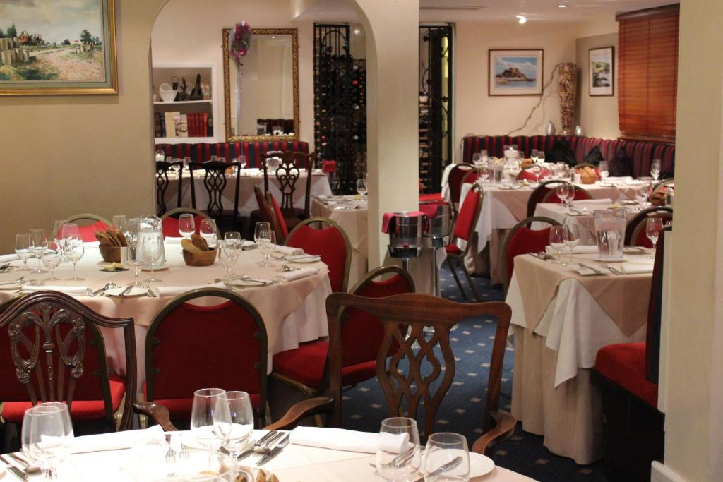 A restaurant or other place to eat at The Moorings Hotel