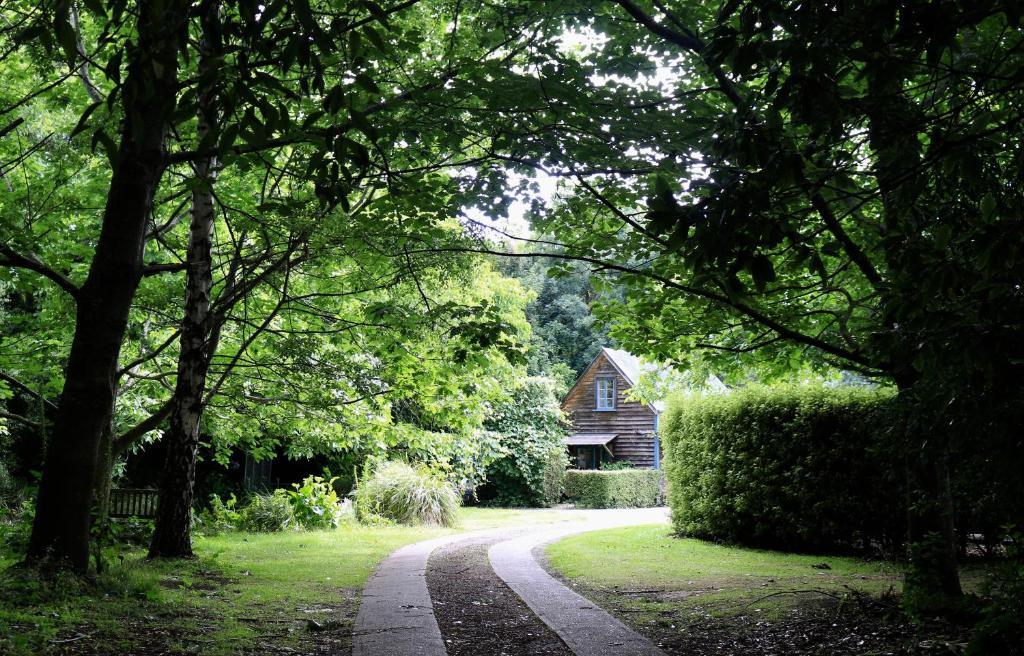 Garden sa labas ng Akaroa Country House