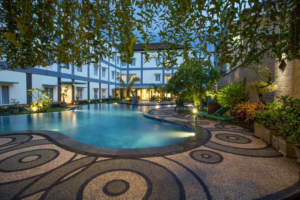 The swimming pool at or close to Puri Indah Hotel & Convention