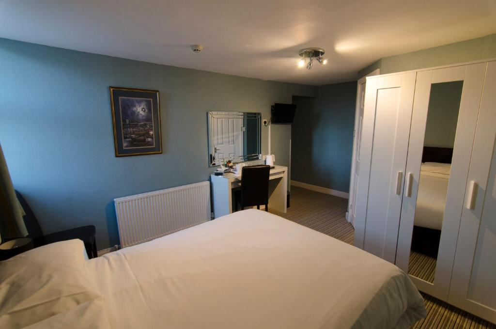 A bed or beds in a room at Arundel House