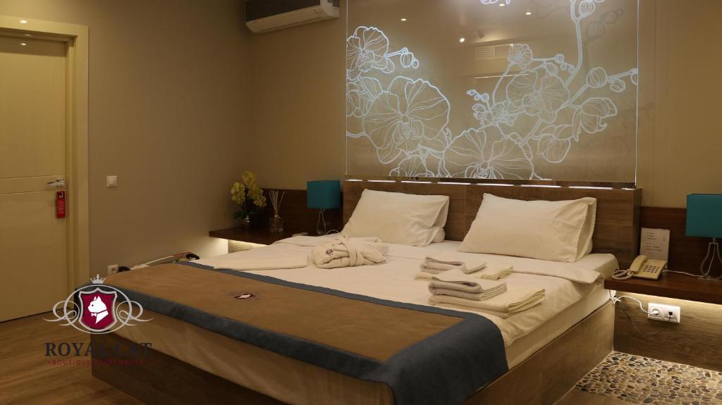 Łóżko lub łóżka w pokoju w obiekcie Boutique Hotel Royal Cat