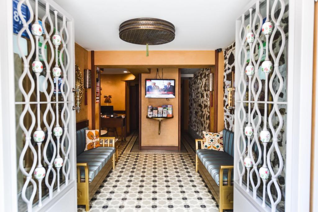 Лобби или стойка регистрации в Merial Hotel