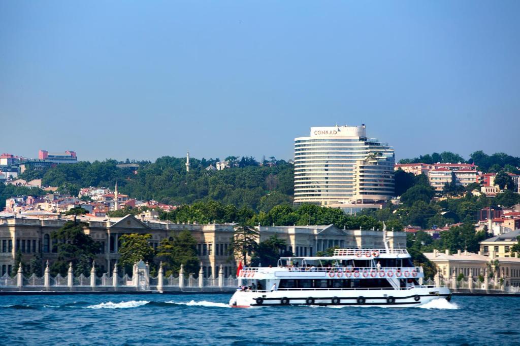 Piscina en o cerca de Conrad Istanbul Bosphorus