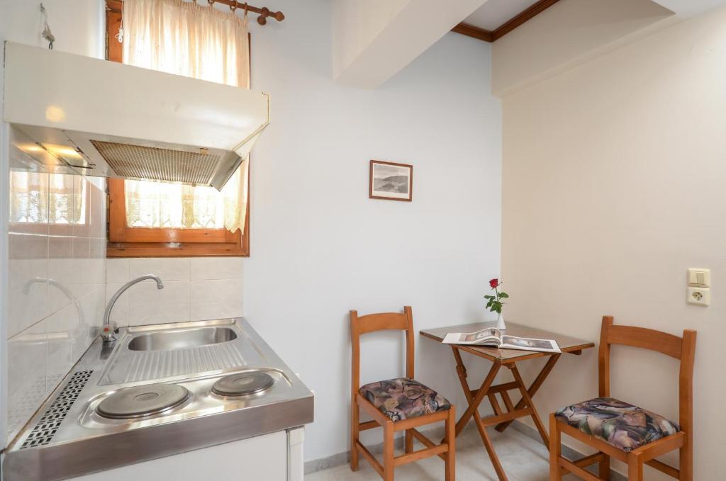 Η κουζίνα ή μικρή κουζίνα στο Rena Valetta Studios