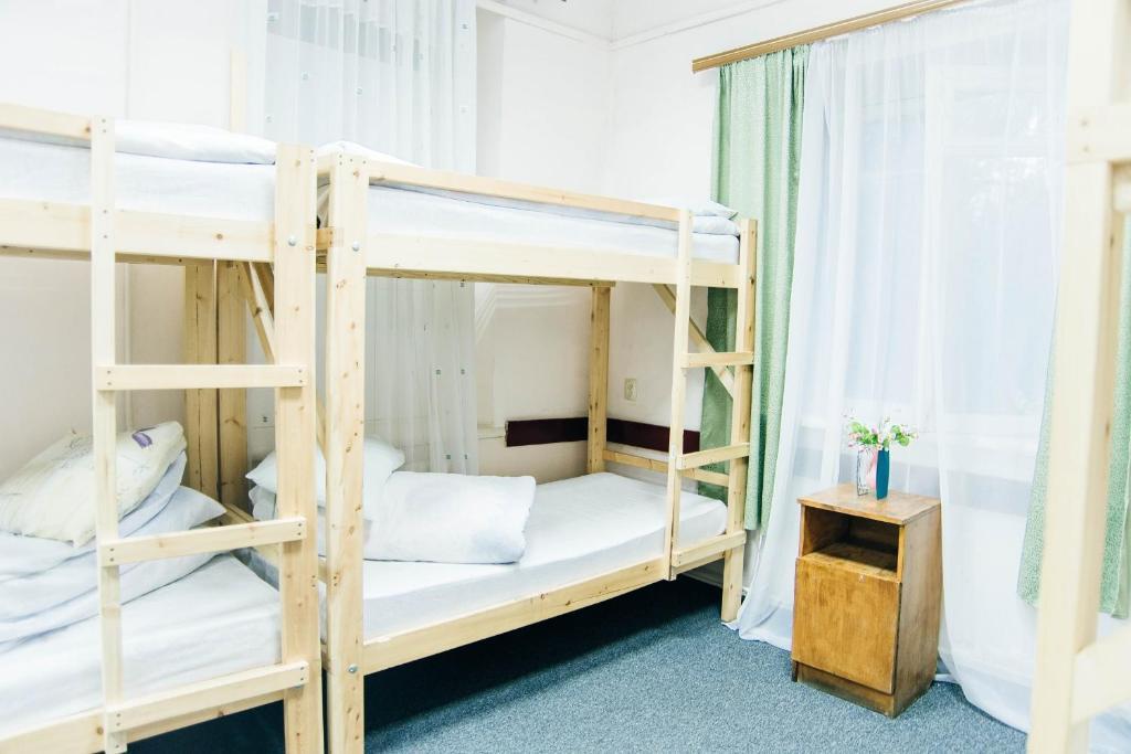 Двухъярусная кровать или двухъярусные кровати в номере Хостел Централь
