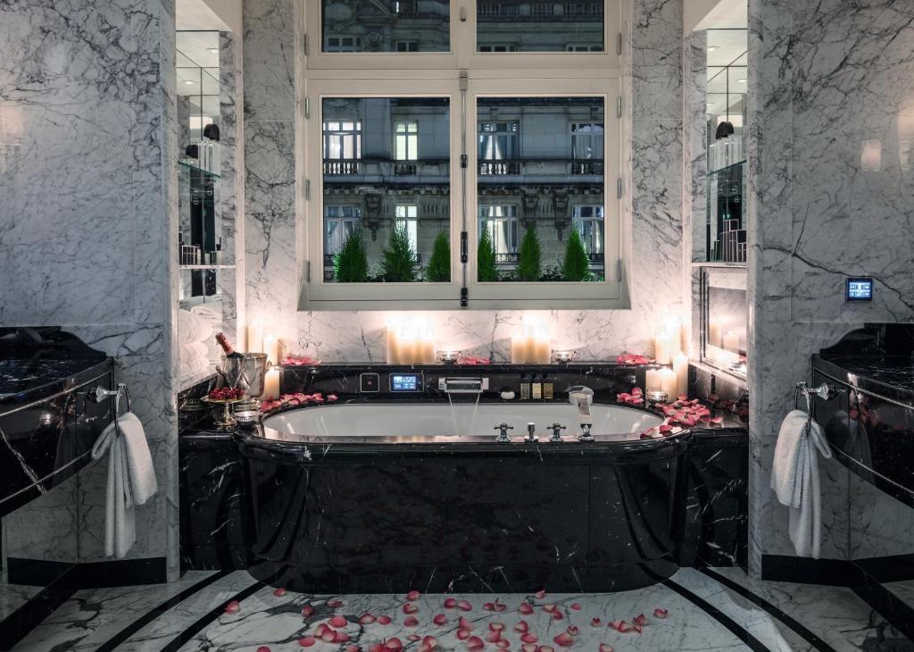 Salle de bains dans l'établissement Hotel The Peninsula Paris