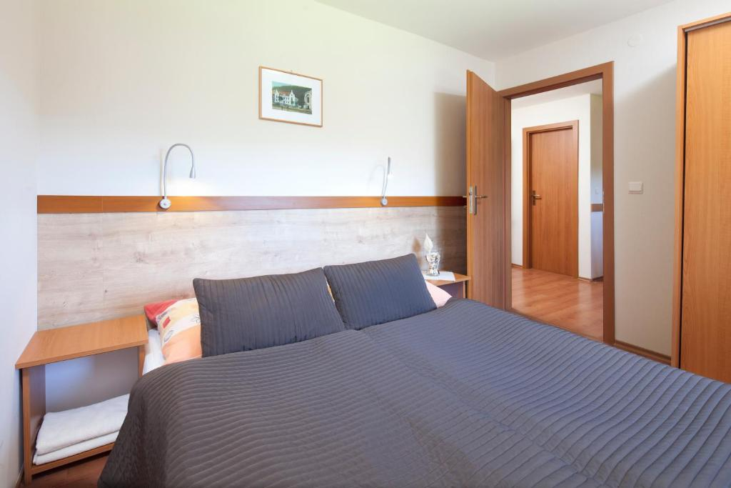 A bed or beds in a room at Holiday Park Orava Bungalows