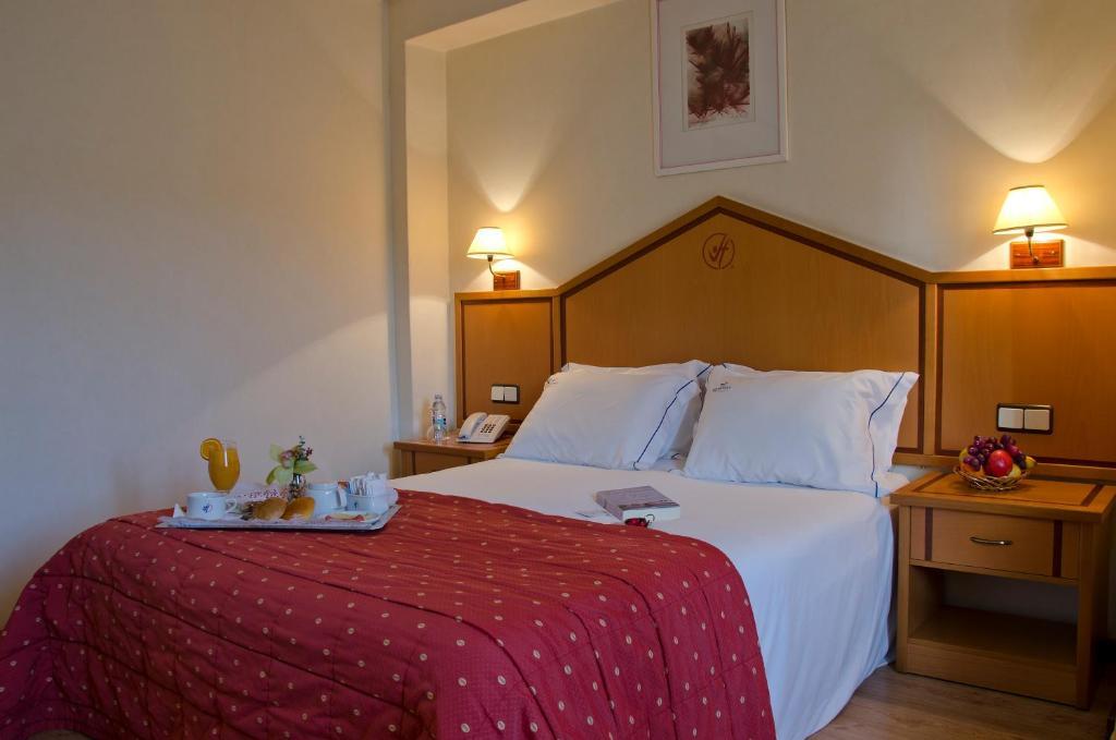 Un pat sau paturi într-o cameră la VIP Inn Berna Hotel