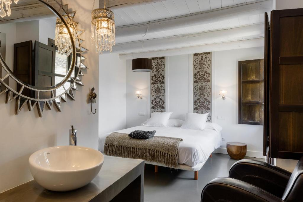 A bed or beds in a room at Casas del Pirineo