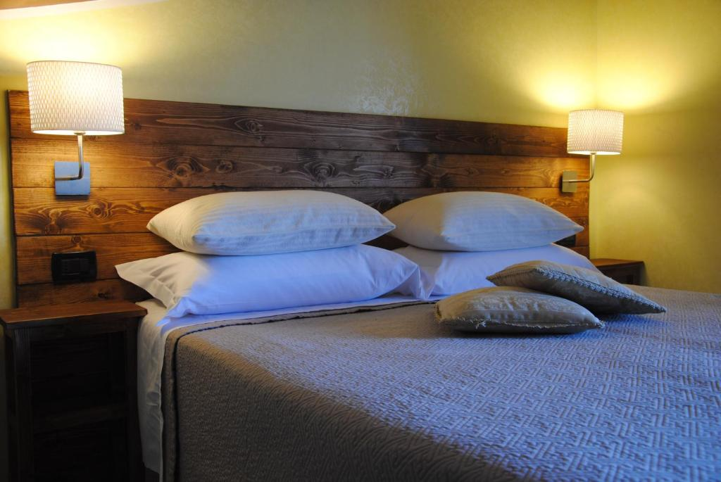 A bed or beds in a room at Flower Inn