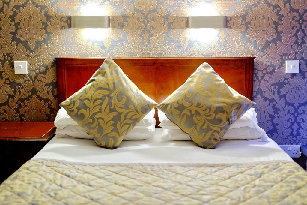 A bed or beds in a room at Grainger Hotel