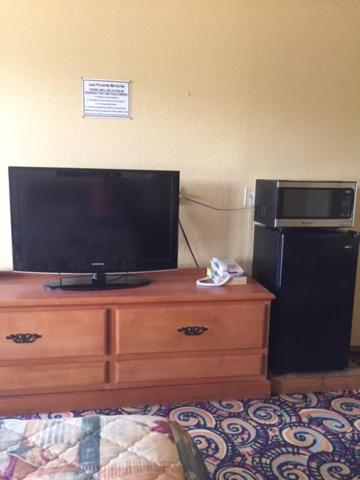 A television and/or entertainment center at Lake Palestine Motor Inn