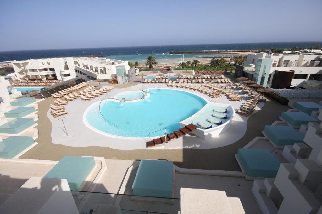 Uitzicht op het zwembad bij HD Beach Resort of in de buurt