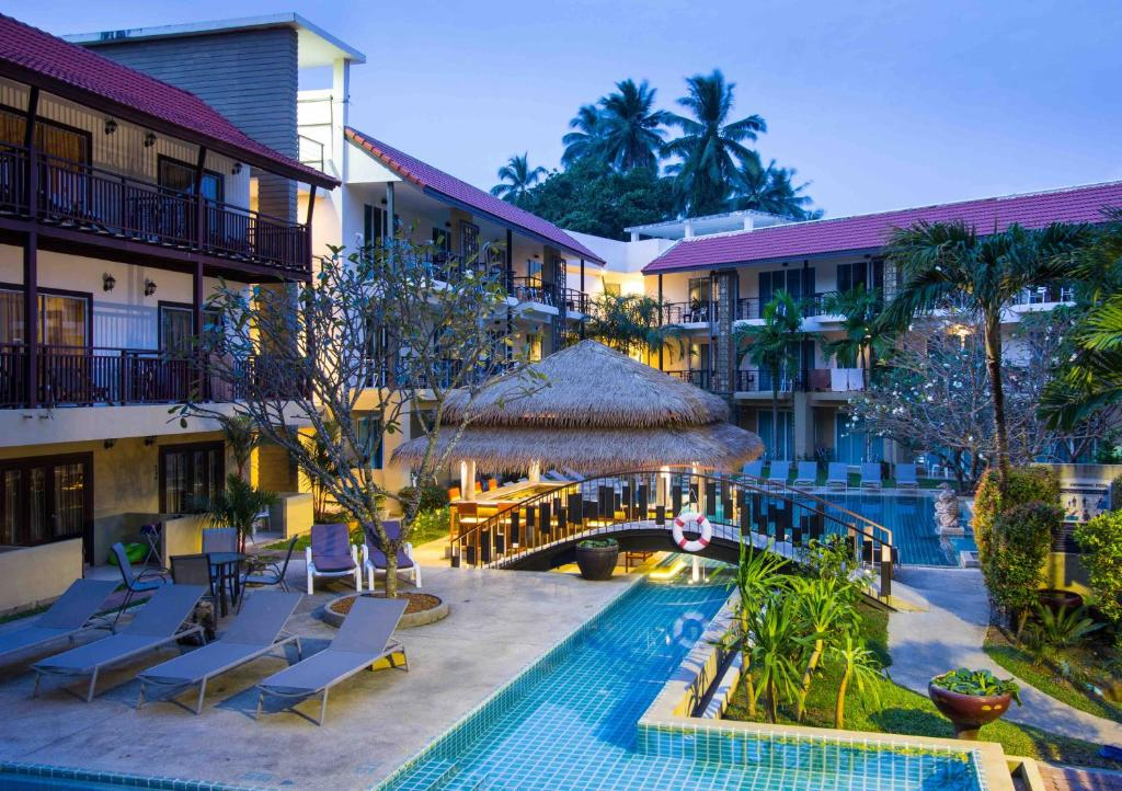 Vaade basseinile majutusasutuses Baan Karon Resort või selle lähedal