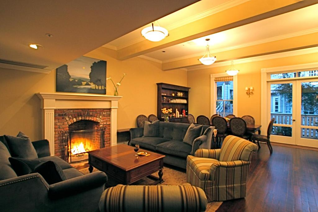A seating area at The Gables Inn Sausalito