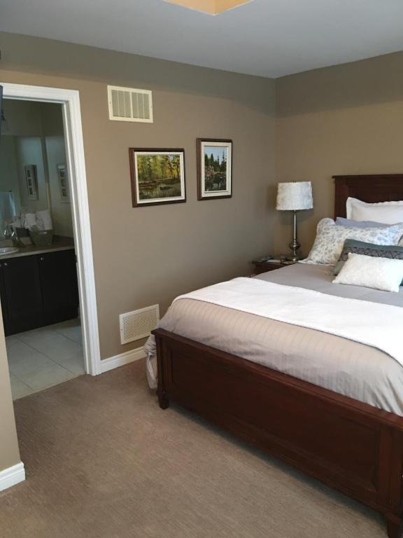 Cama o camas de una habitación en Willow Pond Satellite B&B