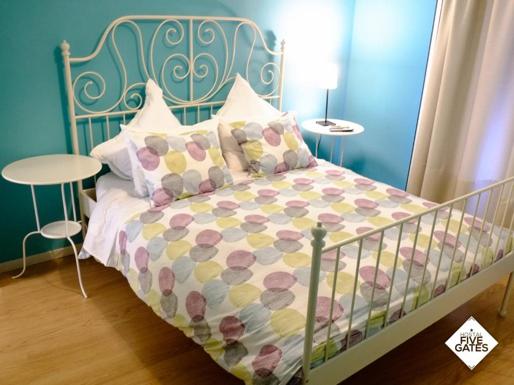 Llit o llits en una habitació de Hostal Five Gates