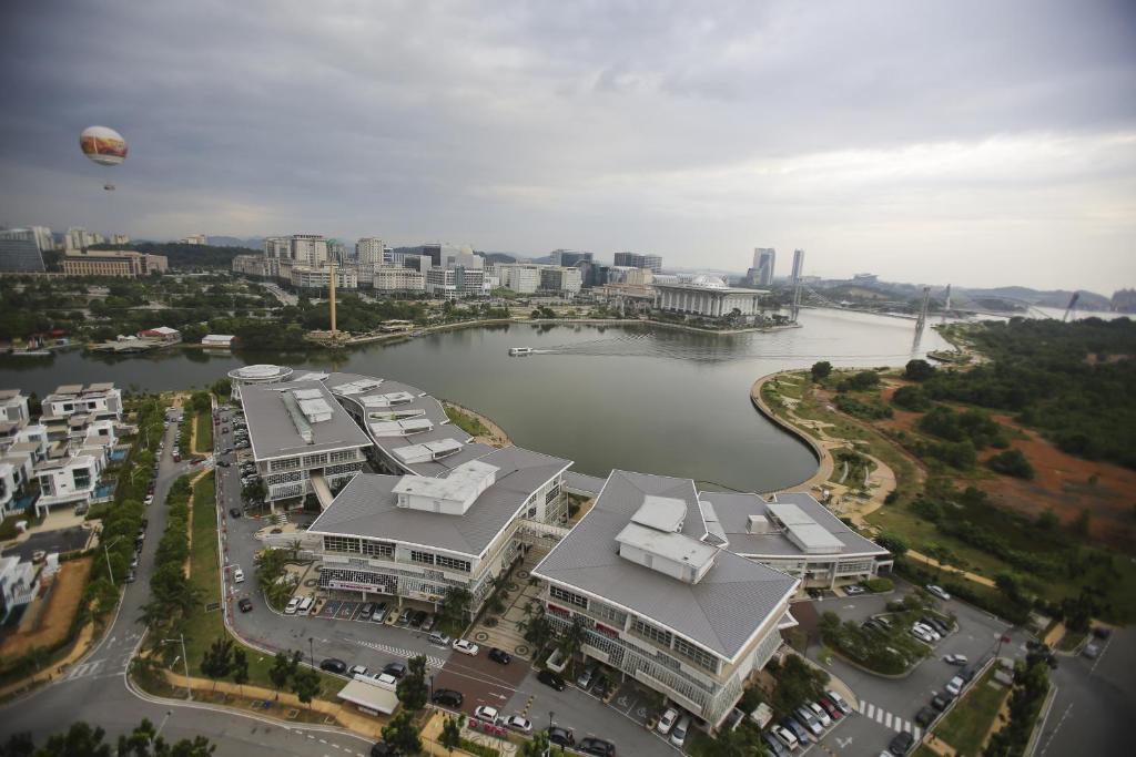 Pemandangan dari udara bagi Tamara Putrajaya (Promenade Suite, 3 AC Bedrooms, 2 Baths, WiFi, Lake & City View) by MRK