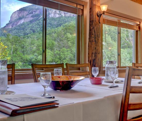 Ein Restaurant oder anderes Speiselokal in der Unterkunft The Esmeralda Inn and Restaurant
