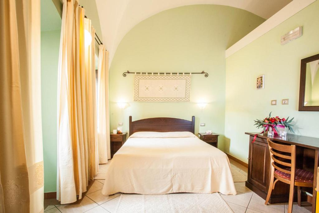 A bed or beds in a room at Hotel Il Duomo