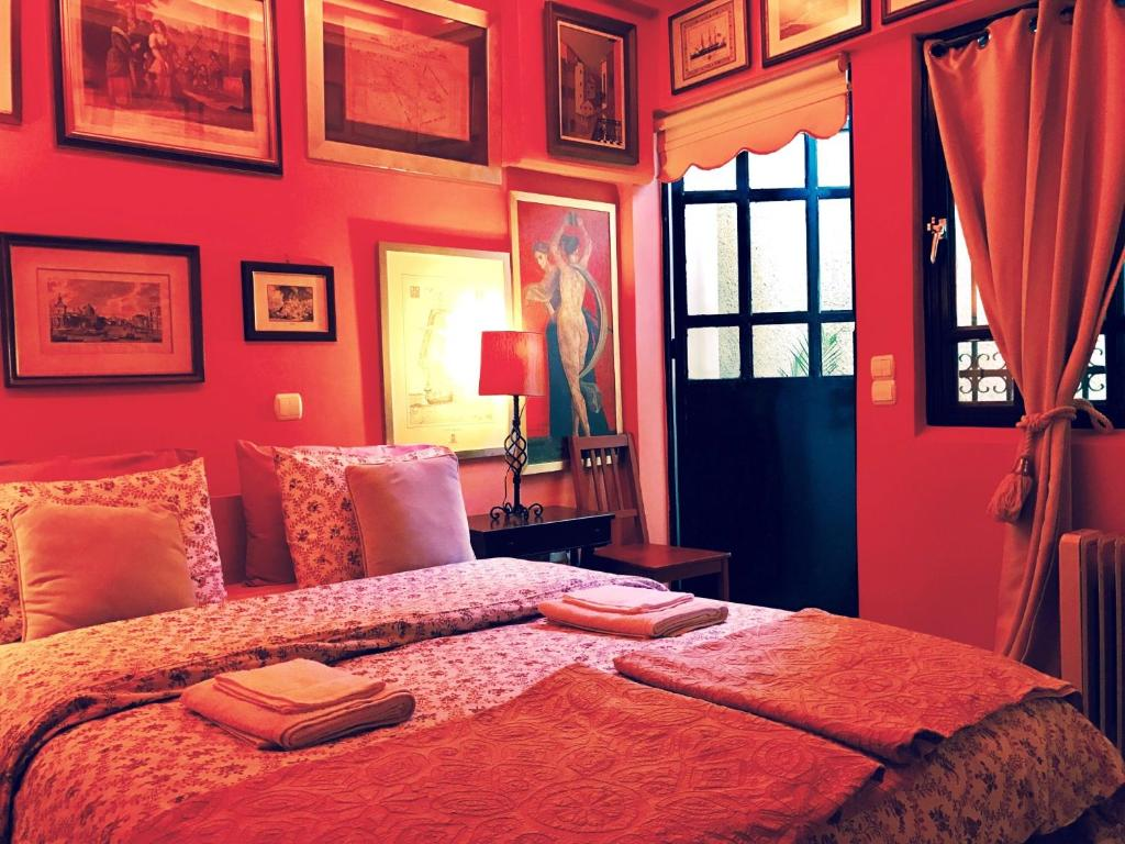 A bed or beds in a room at Gallery Basement in Villa Vravrona