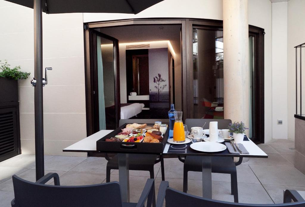 Un restaurante o sitio para comer en Vila Arenys Hotel