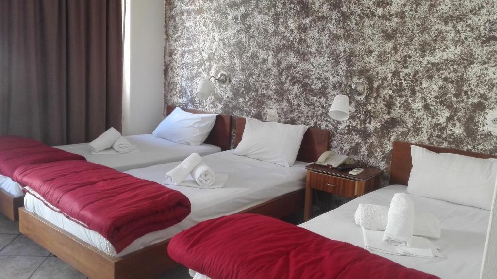 En eller flere senge i et værelse på Hotel Ionion