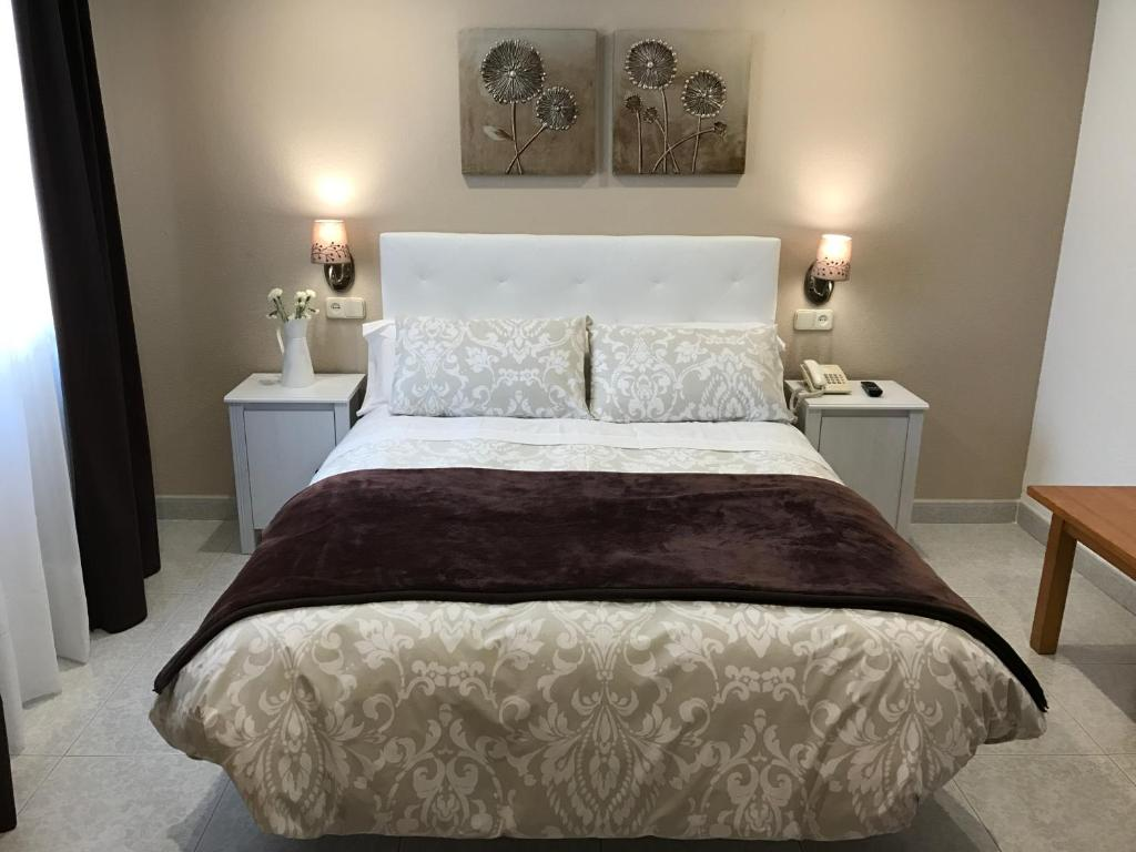 Cama o camas de una habitación en Hostal Alcázar