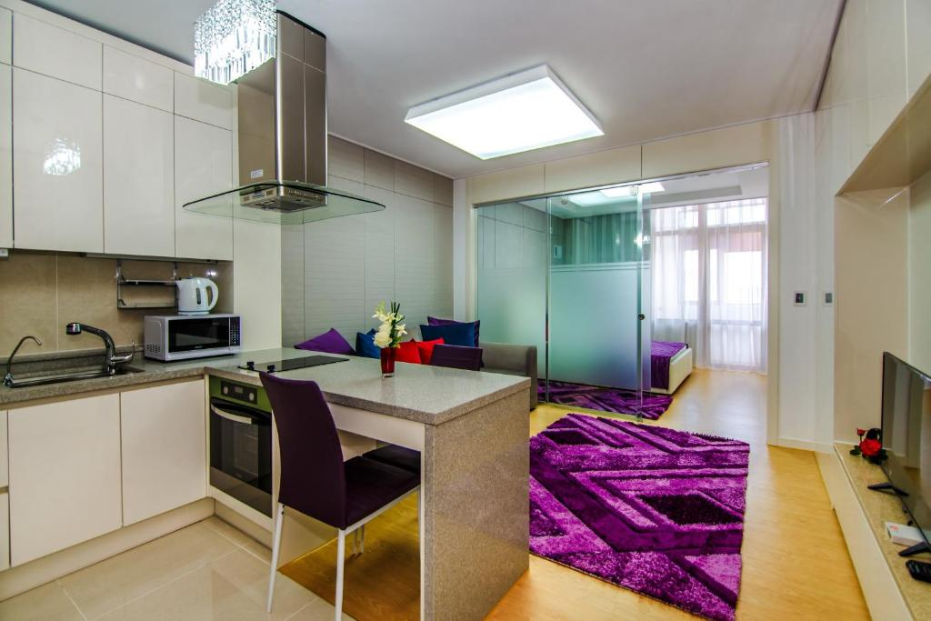 A kitchen or kitchenette at Highvill Deluxe Apartments