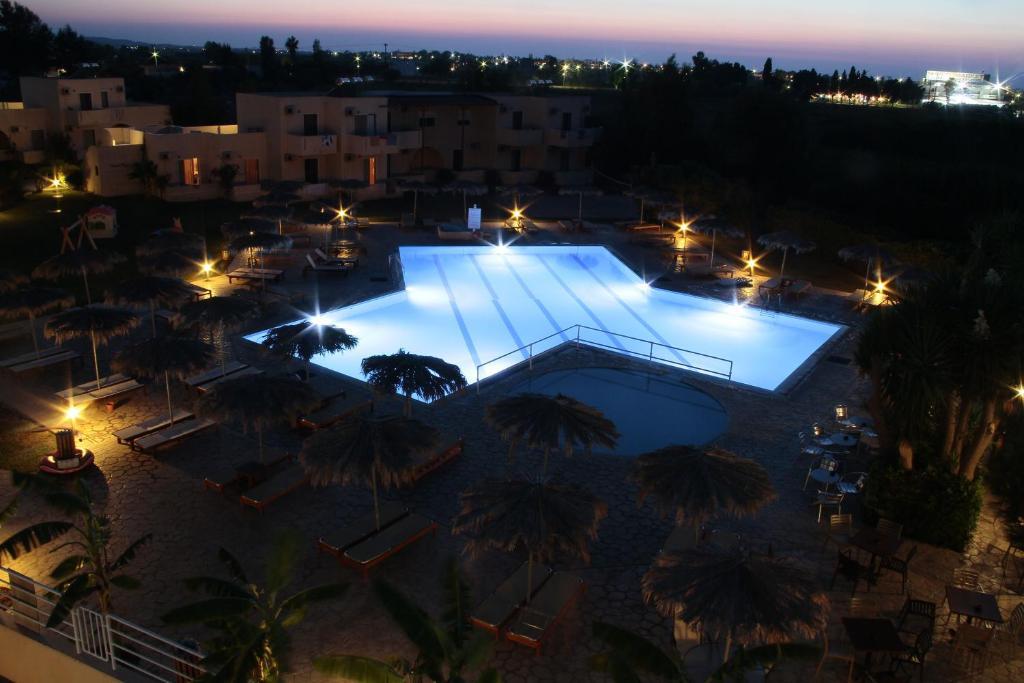 Utsikt mot bassenget på Roseland's Hotel eller i nærheten