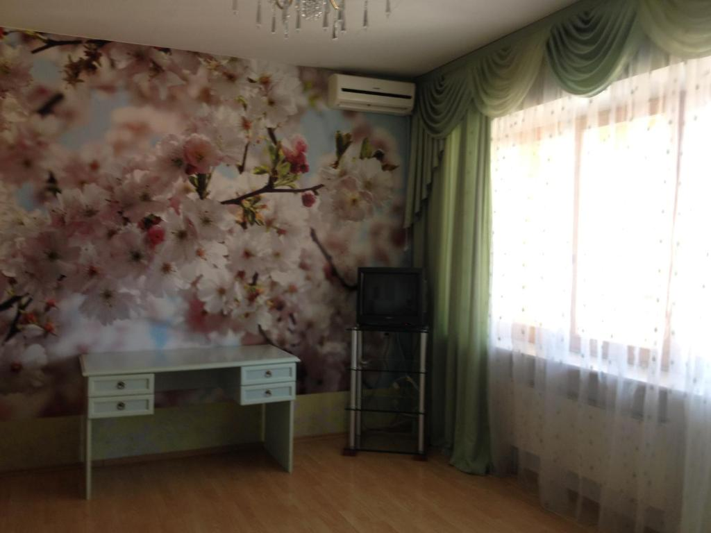 A television and/or entertainment center at Guest House Belaya Nevestochka