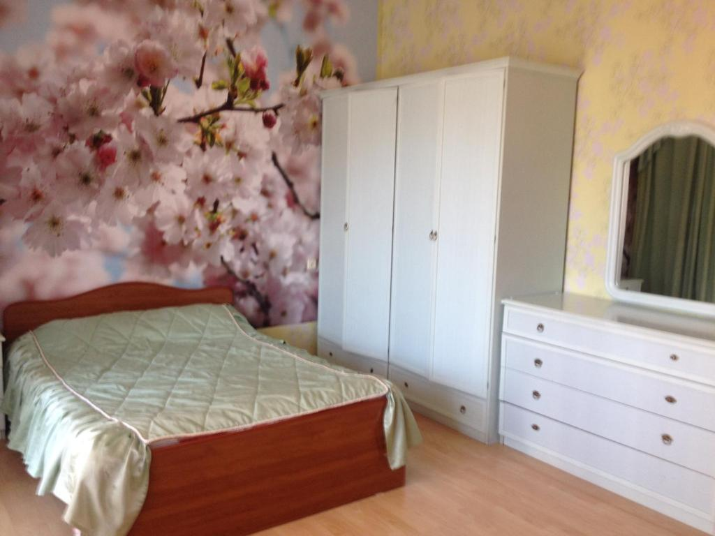 A bed or beds in a room at Guest House Belaya Nevestochka