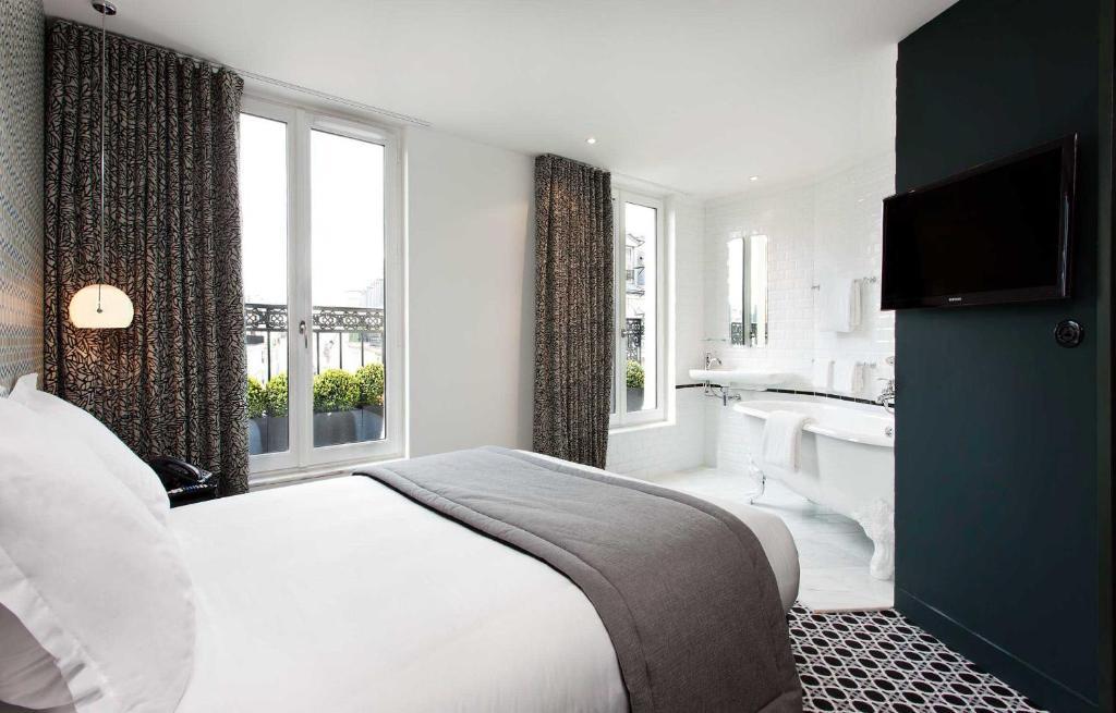 Cama ou camas em um quarto em Hôtel Emile
