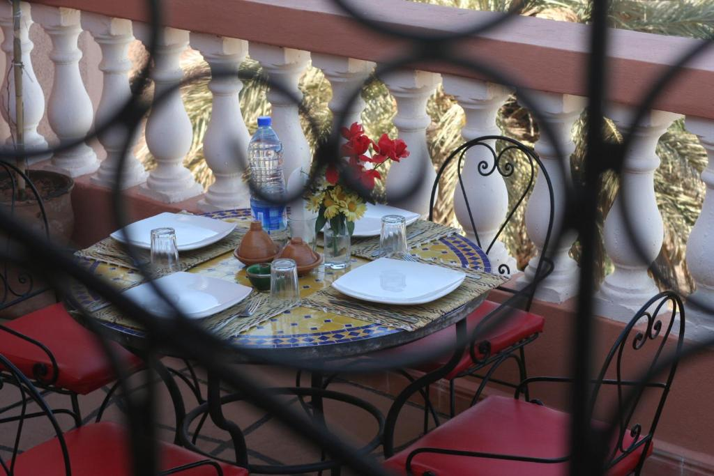 Ein Restaurant oder anderes Speiselokal in der Unterkunft Riad Al Anwar